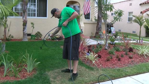 Drew McClellan é dono de uma empresa que pinta jardins, um serviço em alta numa região onde o hábito de regar plantas virou alvo de restrições (Foto: BBC)