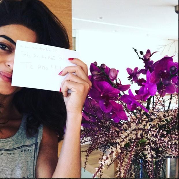 Juliana com o cartão que recebeu do marido (Foto: Reprodução Instagram)