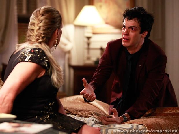 Desesperado, Félix pergunta a Pilar se ela ainda pode amá-lo (Foto: Ellen Soares / TV Globo)