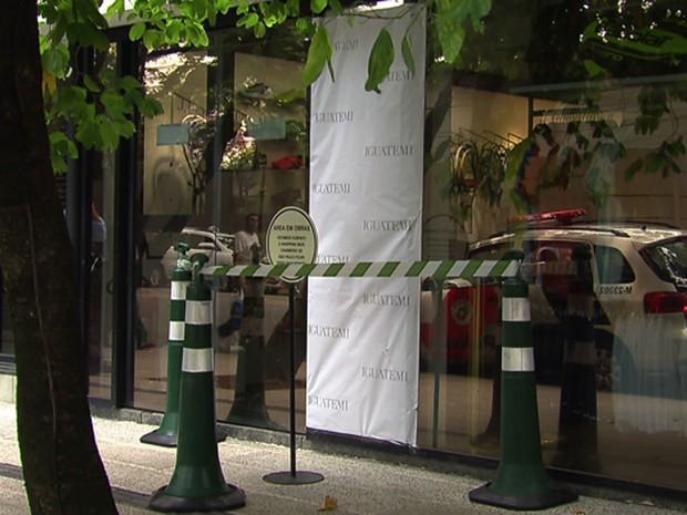 Tiros foram disparados contra porta de vidro de loja no Shopping Iguatemi após tentativa de assalto a joalheria (Foto: Reprodução TV Globo)