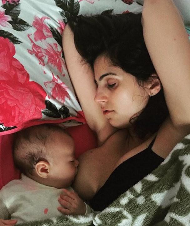 Manuela amamenta Laura (Foto: Reprodução/Instagram)