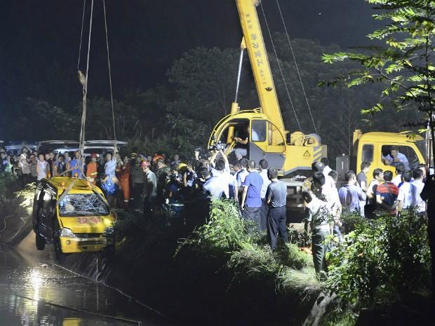 Veículo é içado após o resgate dos corpos das vítimas do acidente na China (Foto: Stringer/Reuters)