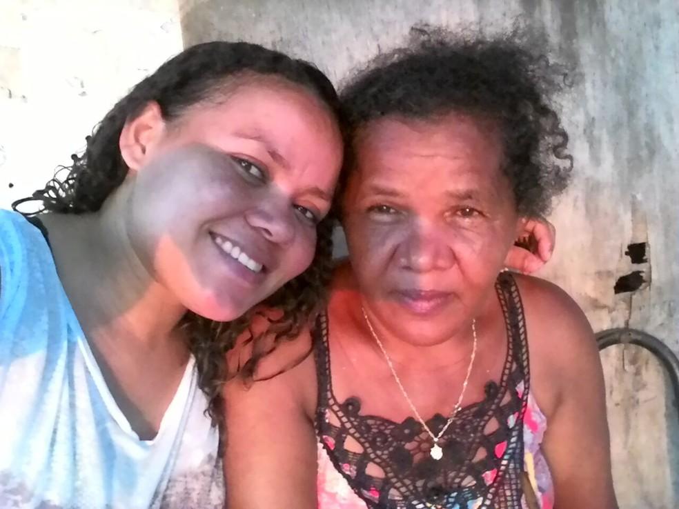 Mãe ao lado de uma das filhas (Foto: Divulgação/Beatriz Francisco)