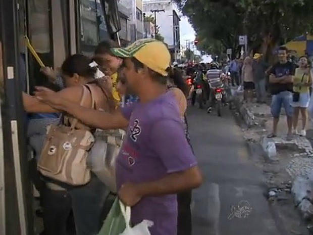 Maior dos passageiros recorreu às vans, que ficaram lotadas (Foto: TV Verdes Mares/Reprodução)
