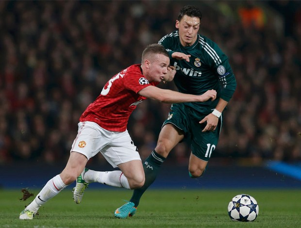 ozil cleverley manchester united x real madrid (Foto: Reuters)