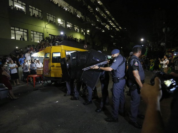 PM separa manifestantes pró e contra Dilma na PUC (Foto: Suamy Beydoun/Futura Press/Futura Press/Estadão Conteúdo)