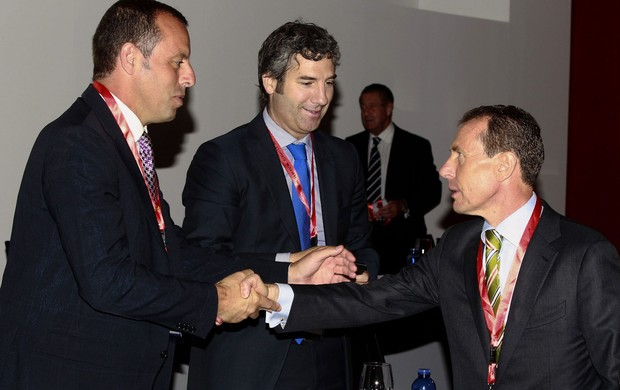 Emilio Butragueno, real madrid e Sandro rosell, presidente do Barcelona reunião sede da liga espanhola (Foto: Agência EFE)