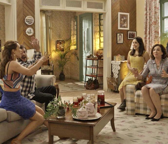 Família festeja notícia da gravidez de Shirlei (Foto: TV Globo)