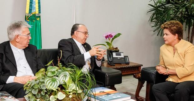 Dilma Rousseff recebe Dom Raymundo Damasceno Assis e Dom Frei José Belizário da Silva, presidente e vice da Conferência Nacional dos Bispos do Brasil (CNBB) (Foto: Roberto Stuckert Filho/PR)