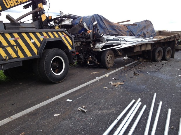 Motorista morre em acidente entre carreta e caminhão na BR-050 em MG (Foto: Philipe Cassiolato/G1)