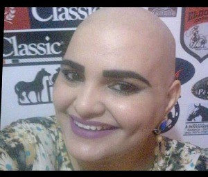 Apaixonada pelo cabelo, Lorena diz que sofreu para cortar (Foto: Lorena Vidigal/ Facebook)
