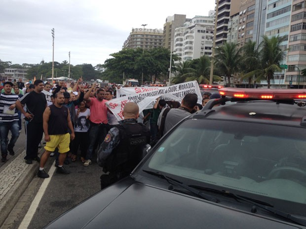Homens do Batalhão de Choque tentaram impedir a passagem dos manifestantes (Foto: Cristiane Cardoso/G1)