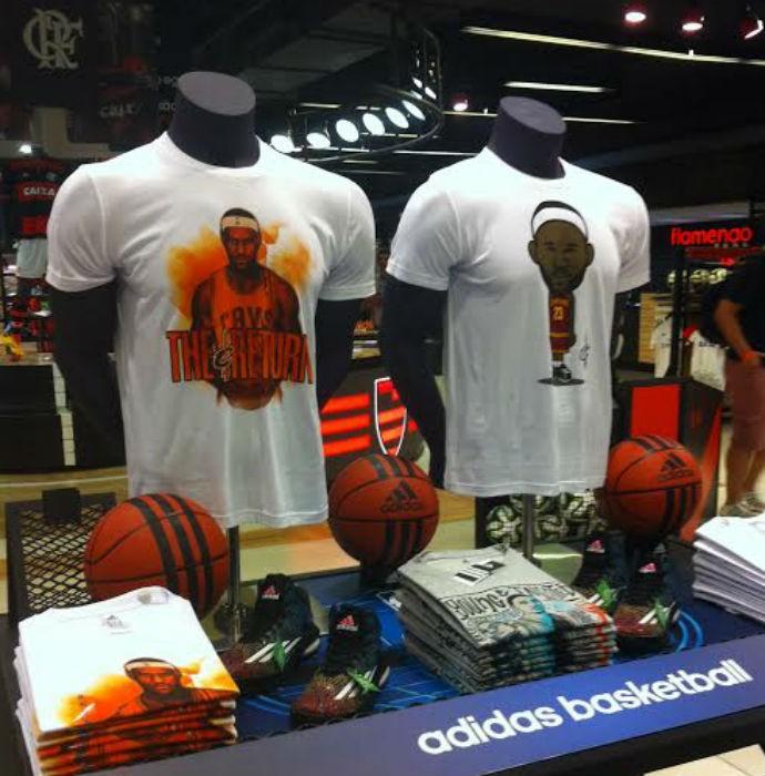 Camisas temáticas de LeBron James na loja do Flamengo (Foto: Thierry Gozzer)