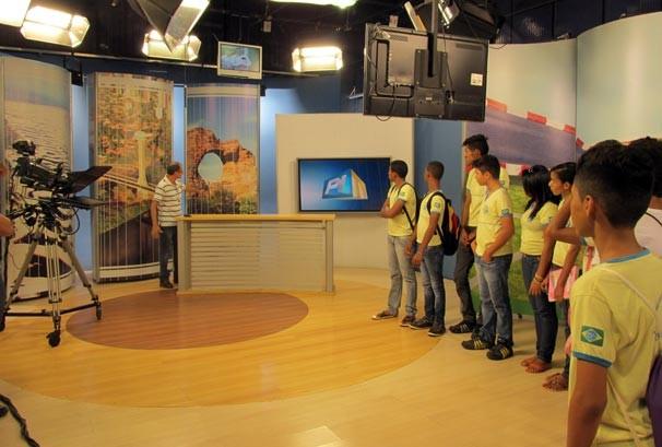 Estudantes aprendem sobre a transmissão dos telejornais locais  (Foto: Katylenin França/TV Clube)