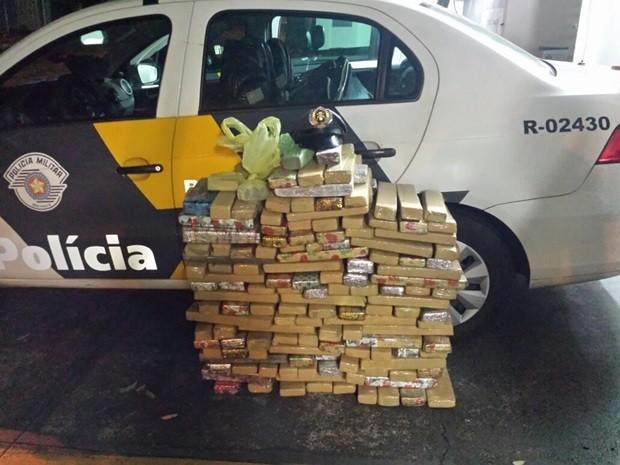 192 tabletes da droga estavam distribuídos em três malas de viagem (Foto: Digulgação/ Polícia Rodoviária)