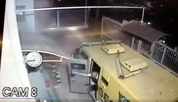 Vídeo mostra momento em que vigia se tranca em carro-forte para se proteger de tiros (Foto: Reprodução / Rede Globo)