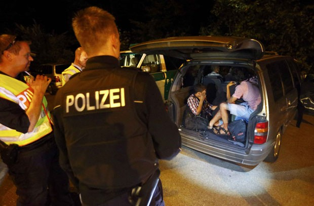 A Alemanha anunciou, neste domingo (13), que vai controlar as fronteiras para reduzir o ritmo de entrada de refugiados no país (Foto: Reuters/Dominic Ebenbichler)