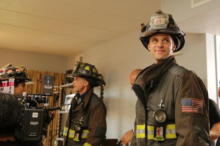 Em bastidores da gravao de Chicago Fire (Foto: Divulgao)