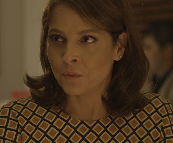 Carolina cogita aprender sobre vinhos para agradar Alex (Foto: TV Globo)