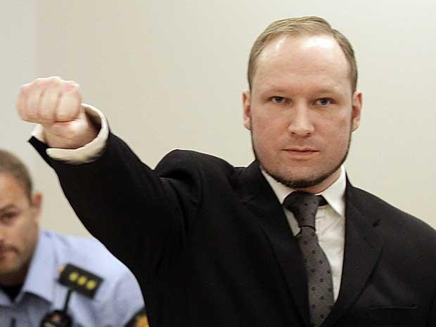 Anders Behring Breivik faz uma saudação característica na sala do Tribunal de Oslo. (Foto: Frank Augstein / AP Photo)