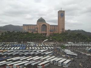 Estacionamento de ônibus na Basílica Nacional de Aparecida (SP) (Foto: Renato Ferezim / G1)