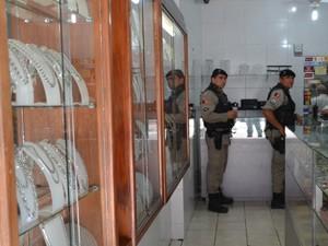 Polícia Militar foi até a joalheria, mas dono não afirmou que assaltantes levaram algum produto (Foto: Walter Paparazzo/G1)
