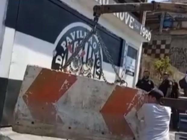 Bloco de concreto é colocado na entrada da sede da torcida Pavilhão 9 (Foto: TV Globo/Reprodução)