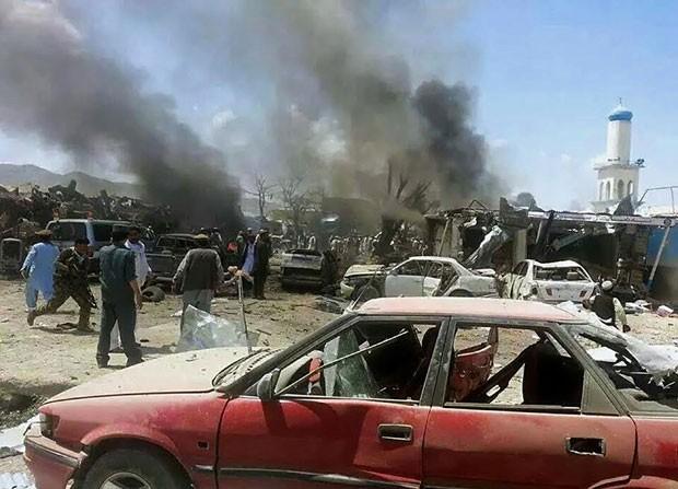 Equipes de segurança afegãs são vistas em local de atentado suicida nesta terça-feira (15) em  Urgun (Foto: Pajhwok News Agency/AFP)