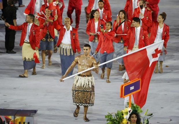 Pita Taufatofua e os atletas de Tonga na abertura da Olimpíada Rio 2016 (Foto: REUTERS/Stoyan Nenov)