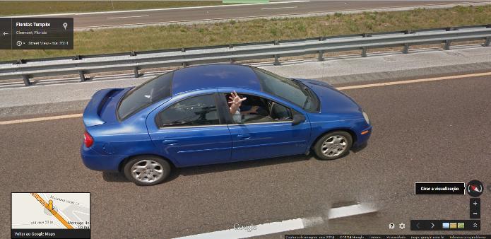 Passageiro do carro brinca com a câmera do Google Street View (Foto:Reprodução/Google)