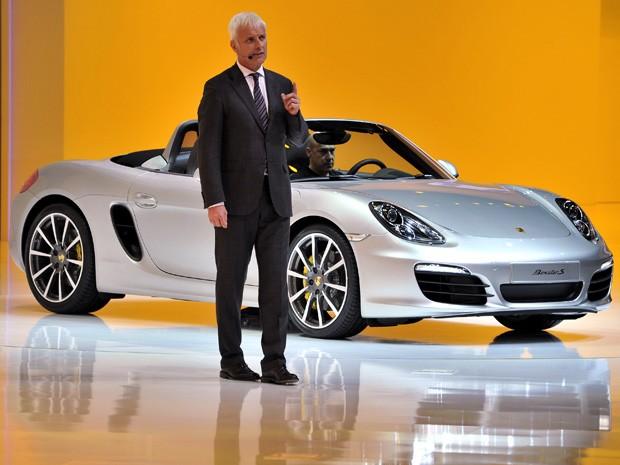CEO da Porsche, Matthias Mueller apresenta novo Boxster em Genebra.  (Foto: FABRICE COFFRINI / AFP)