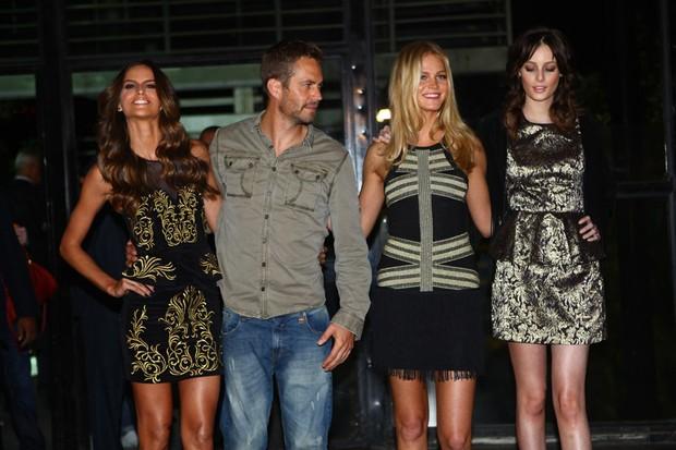 Izabel Goulart, Paul Walker, Erin Heatherton e Thairine Garcia no backstage da Colcci (Foto: Iwi Onodera / EGO)