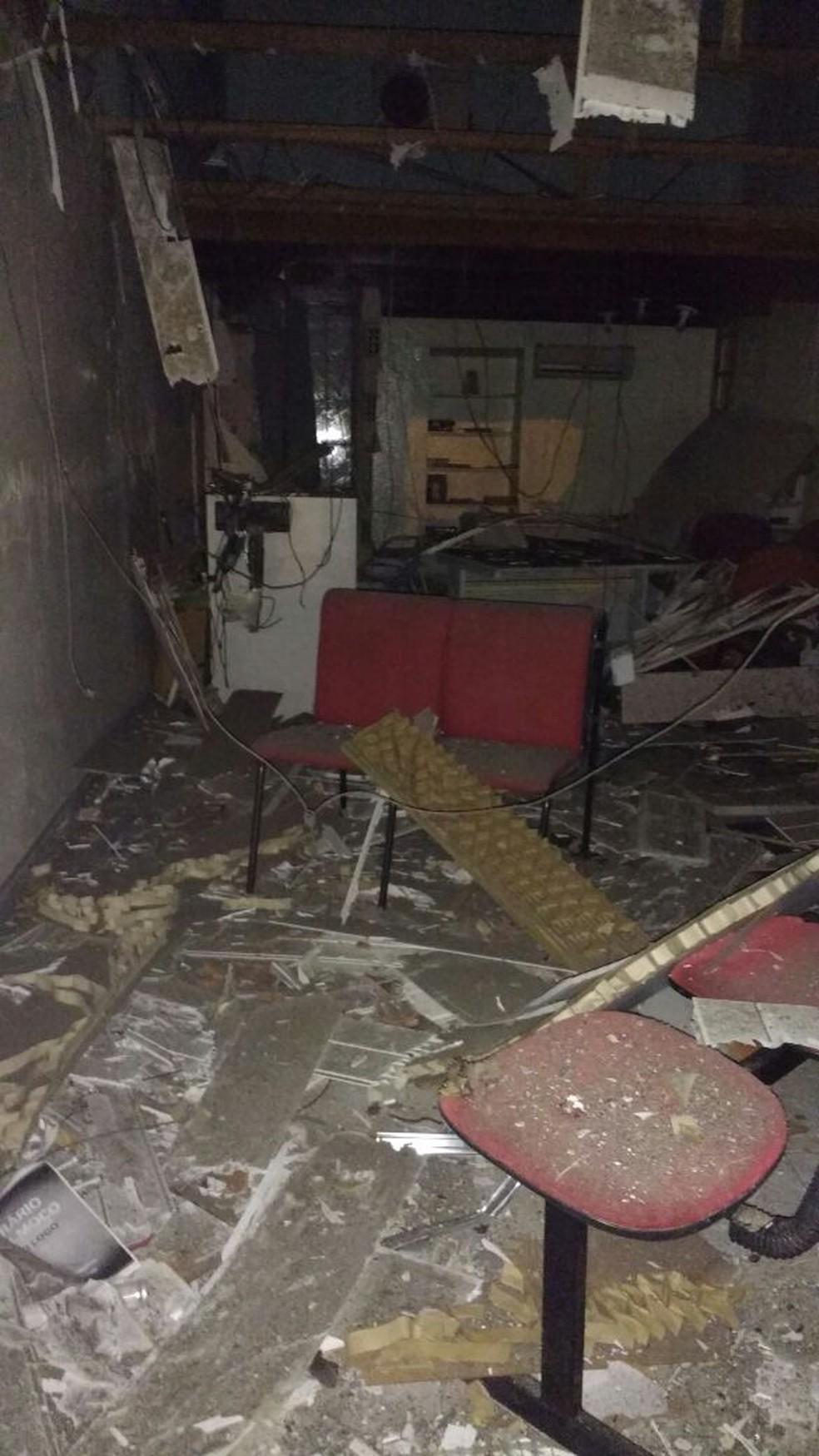 Banco teve muitos danos (Foto: WhattsApp Rede Globo)