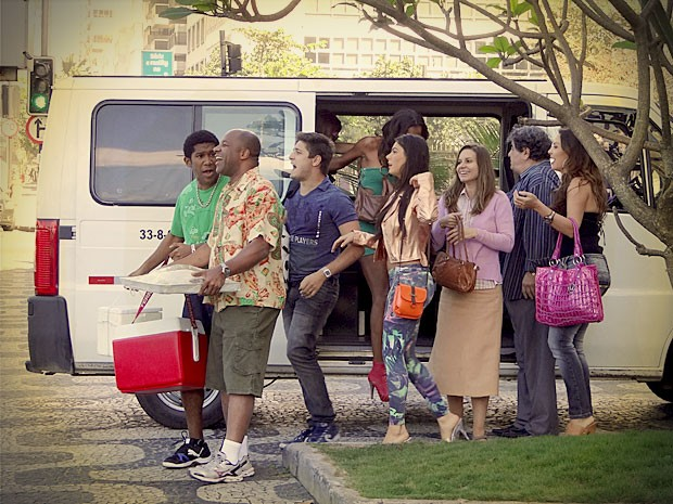 Divino chega em peso na Zona Sul (Foto: Avenida Brasil / TV Globo)