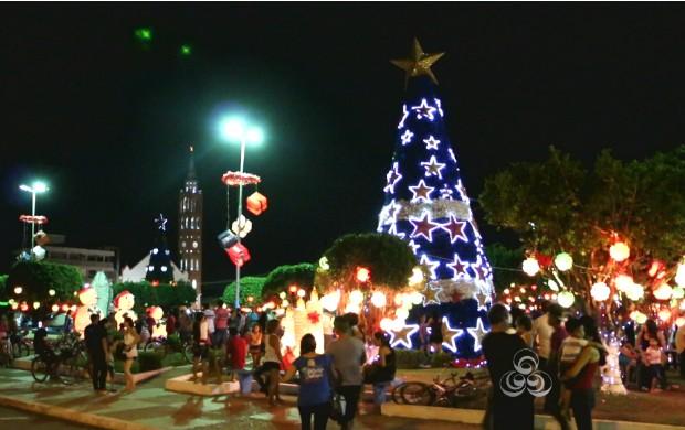 Praça do município de Santana, no Amapá, tem decoração natalina com garrafas pet (Foto: Bom Dia Amazônia)