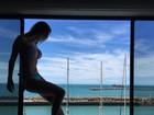 Flávia Viana mostra barriga negativa na janela de cenário paradisíaco