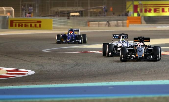 Felipe Nasr atrás de Felipe Massa no GP do Bahrein (Foto: AFP)