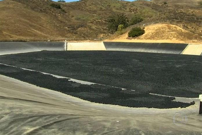 Bolinhas de plástico são usadas para evitar perda de água em represas dos EUA