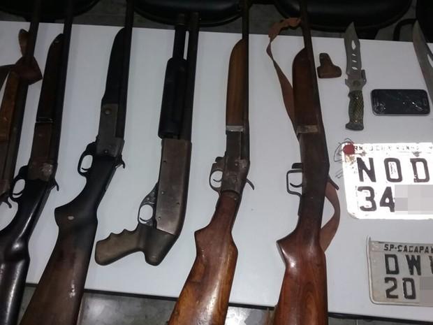 Polícia Civil apreendeu seis espingaras, além de munições e veículos roubados (Foto: Silvio Rabelo / Polícia Civil)