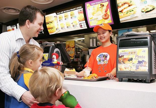 Atendente de lanchonete da rede McDonald's na Austrália serve lanche com menos calorias (Foto: Kristian Dowling/Getty Images)