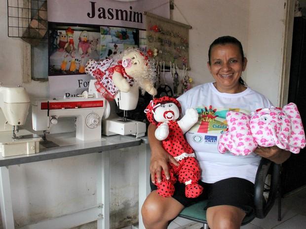 As atividades na associação, ajudam a artesã, Lourismar de Moraes, 53 anos,  a vencer a depressão  (Foto: Ive Rylo/G1 AM)