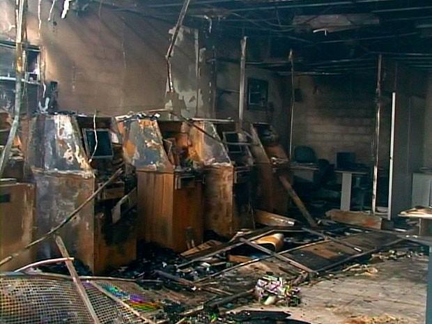 Agência bancária pega fogo no município de Santa Bárbara, na Bahia (Foto: Imagens/ TV Bahia)