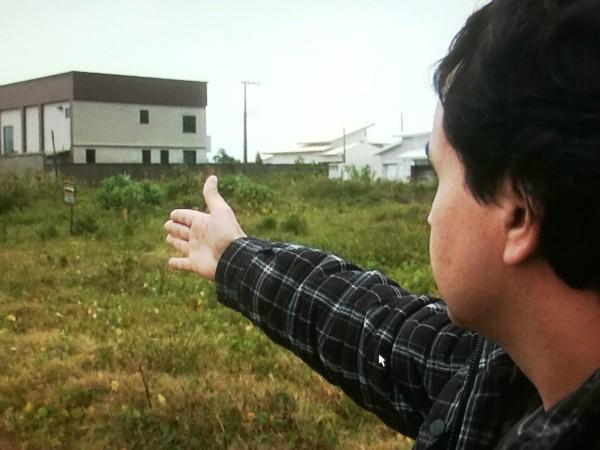 Comprador mostra terreno pelo qual pagou mas não recebeu (Foto: Reprodução/RBS TV)