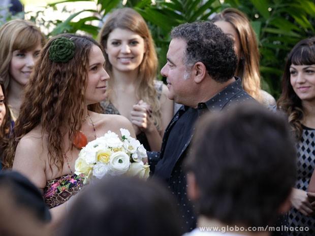 Tizinha fica com o buque! Vem casamento por aí? (Foto: Malhação/ TV Globo)