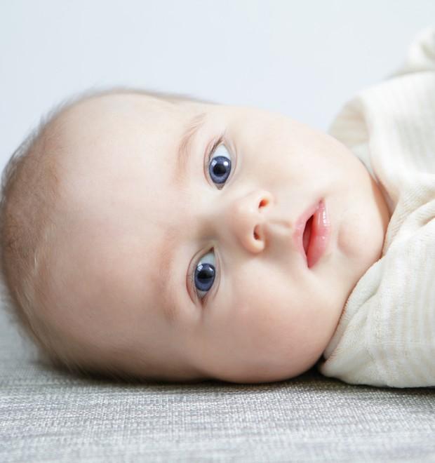 Bebê na cama (Foto: Shutterstock)