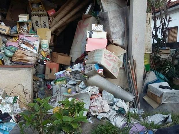Vizinhos dizem que homem acumula lixo no imóvel há 20 anos (Foto: Marcel Silva/VC no G1)