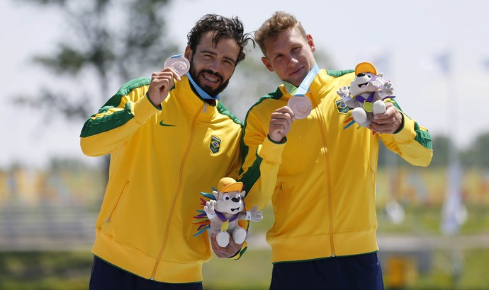 Vagner Souta e Celso Júnior celebram o bronze no pódio (Foto: Jeff Swinger-USA TODAY Sports)