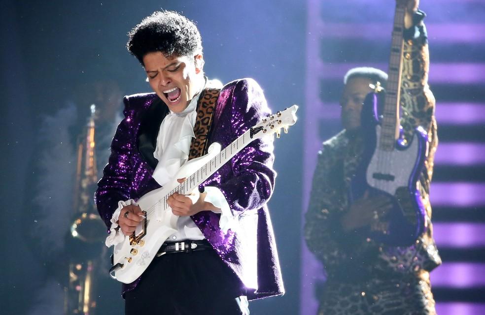 Bruno Mars encarna Prince em homenagem no Grammy (Foto: Reuters / Lucy Nicholson)