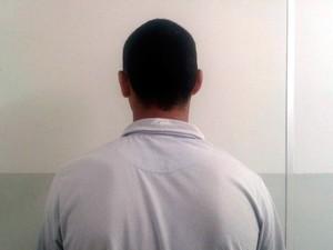 Suspeito preso tem 18 anos; ele nega o crime (Foto: Juarez Paiva/G1)