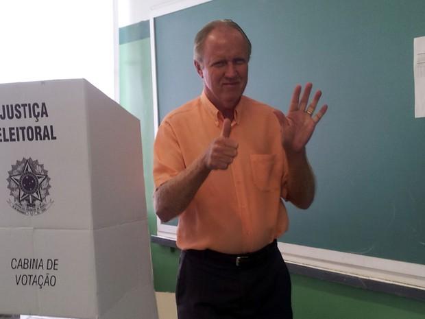 Candidato Eduardo Frederico Fouquet (PMDB) vota na eleição em Eldorado (SP) (Foto: Anna Gabriela Ribeiro/G1)